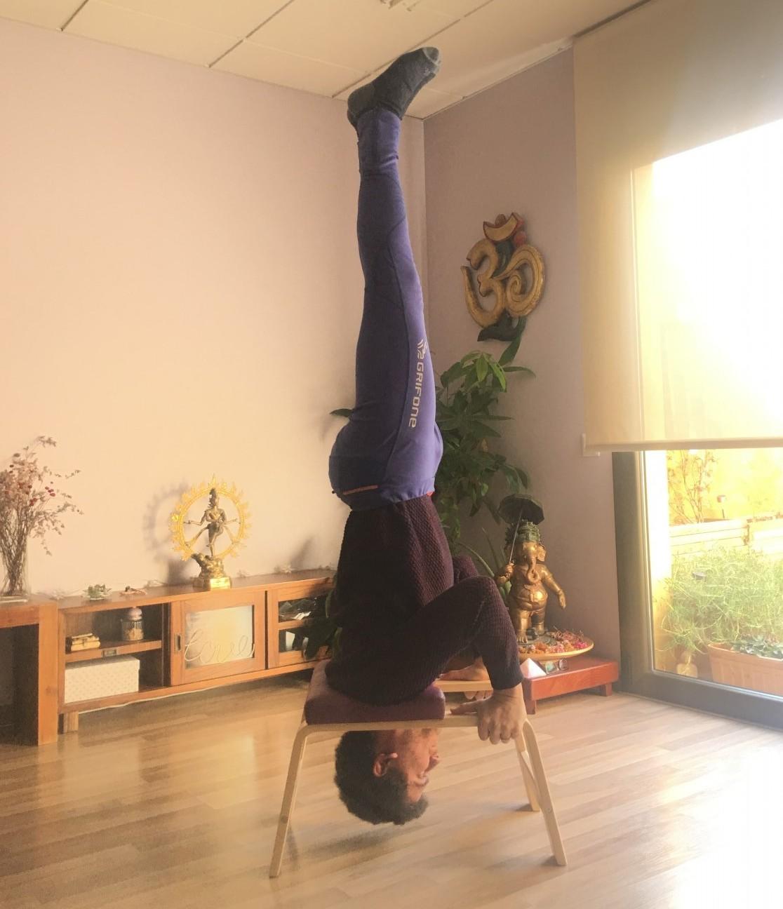 yoga a vic, feetup, yoga osna, el teu centre yoga, Nahuel Colet,sirsasana feetup