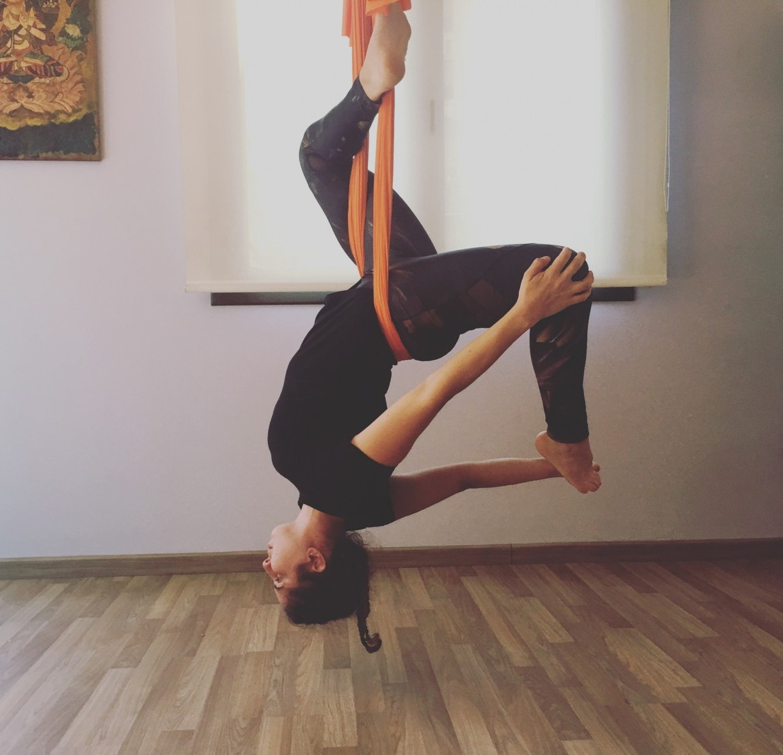 yoga vic, yoga aeri vic, yoga osona, invertida aeria, elga aguilar, el teu centre vic